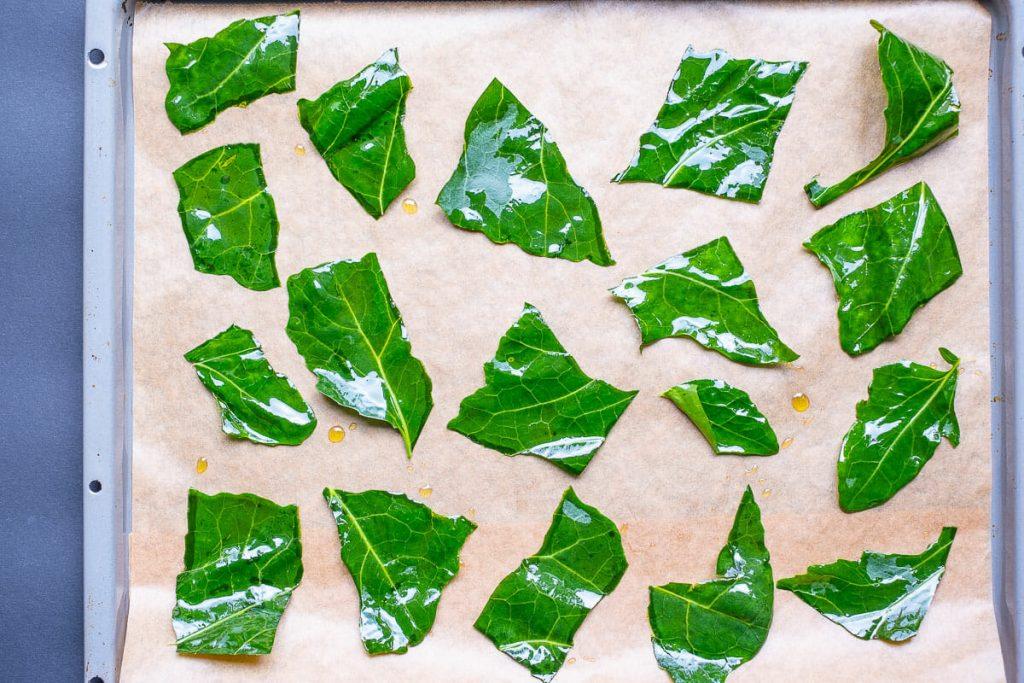 Kohlrabi Blätter Stücke auf dem Blech