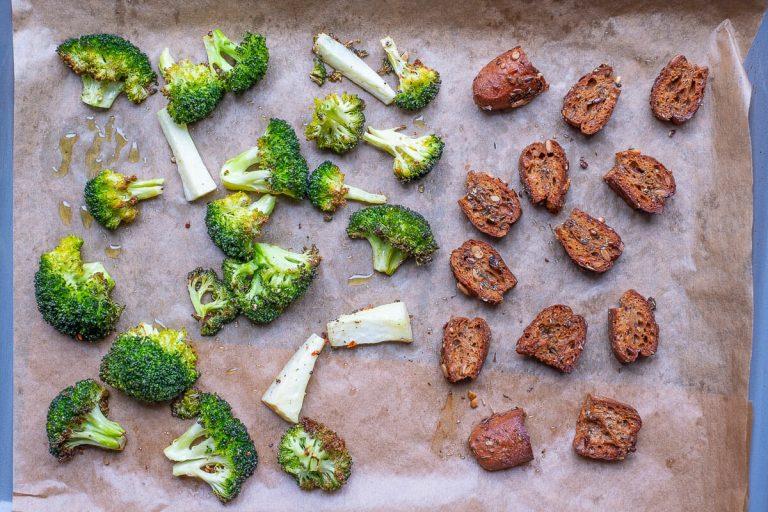 Brokkoli und Brotwürfel gebraten
