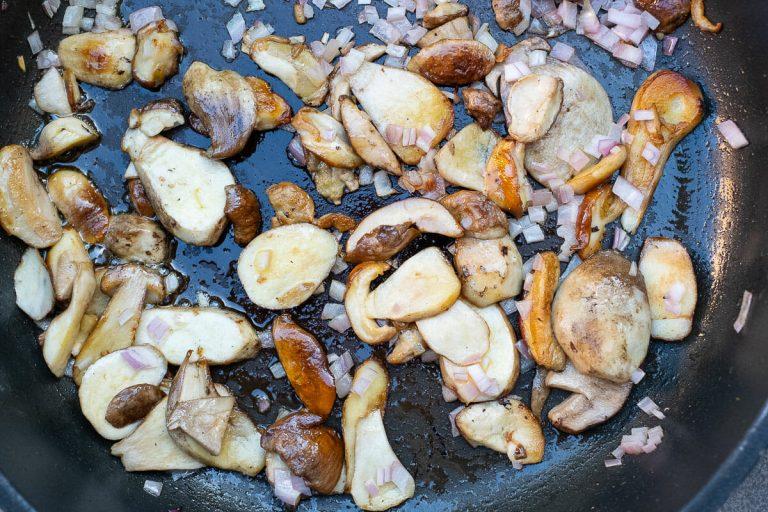 Steinpilze beim anbraten mit Zwiebelwürfel