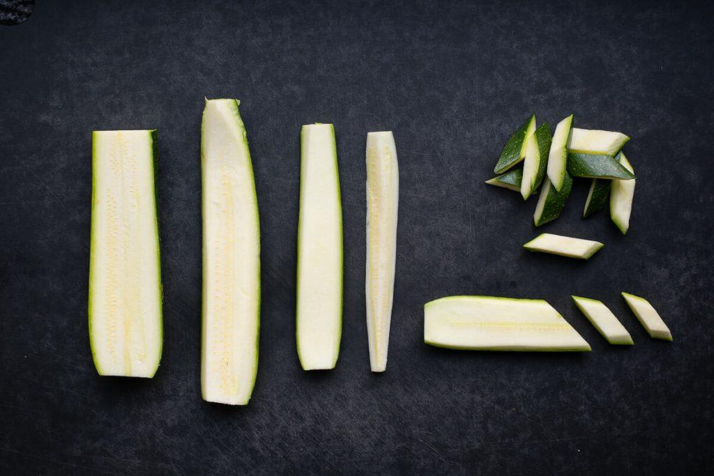 Zucchini in Rauten scheniden