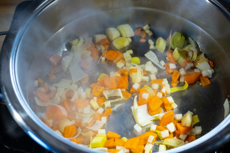 Gemüse im Topf anschwitzen