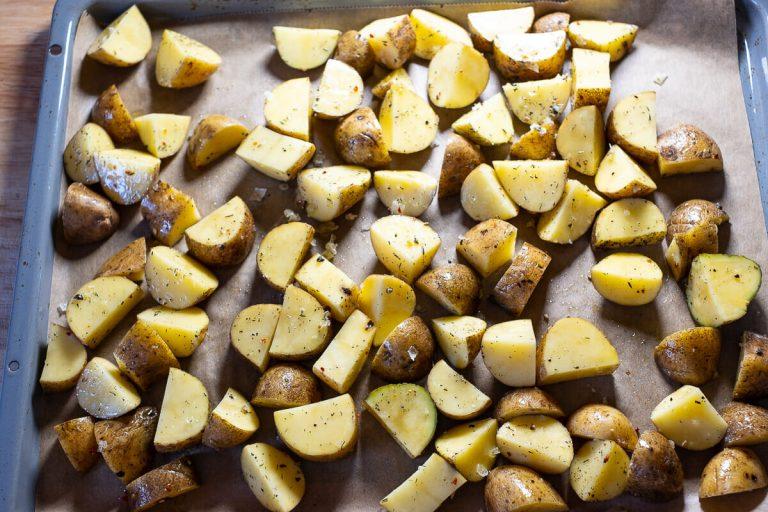 Kartoffelstücke gewürzt auf dem Backblech