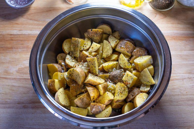 Gewürzte rohe Kartoffeln