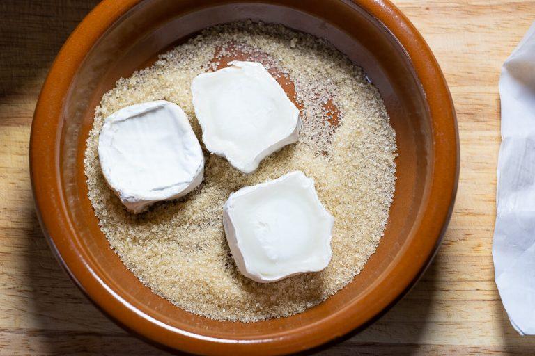 Ziegenkäsescheiben in Zucker