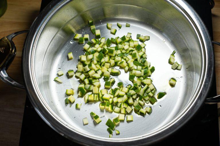 Zucchini gewürfelt anschwitzen