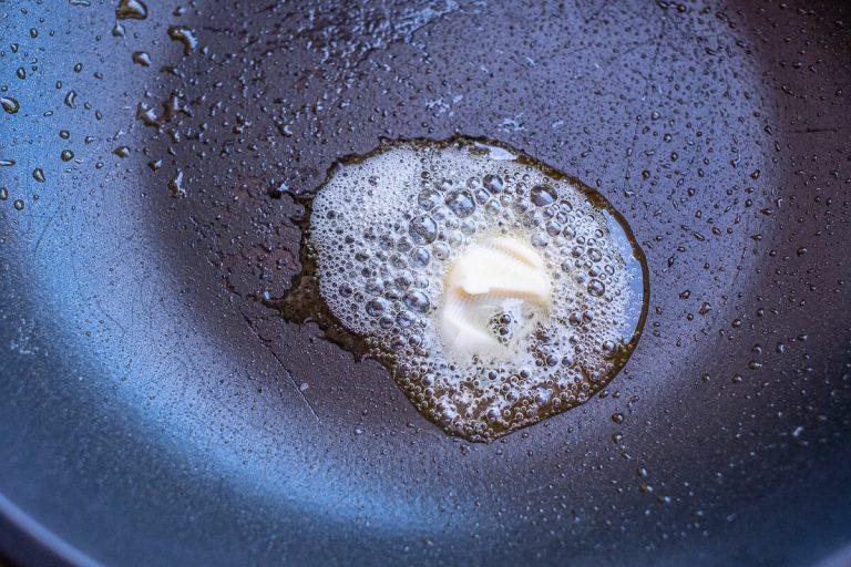 Butter in Pfanne erhitzen