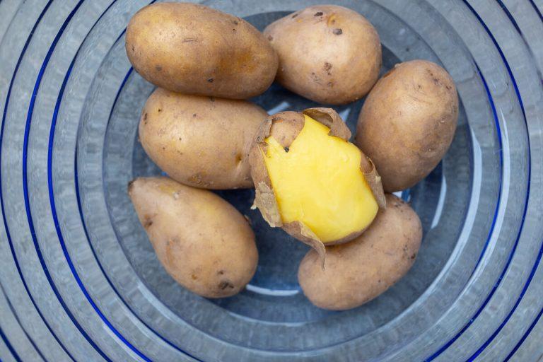 gekochte Kartoffeln schälen