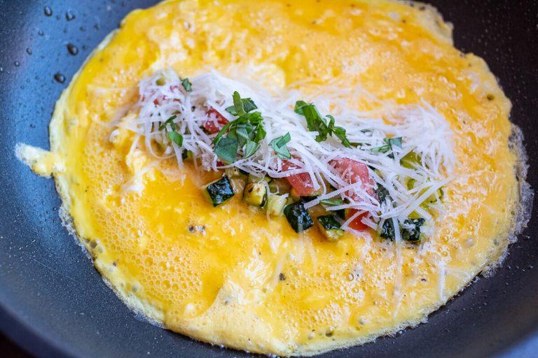 Omelette beim Füllen in der Pfanne
