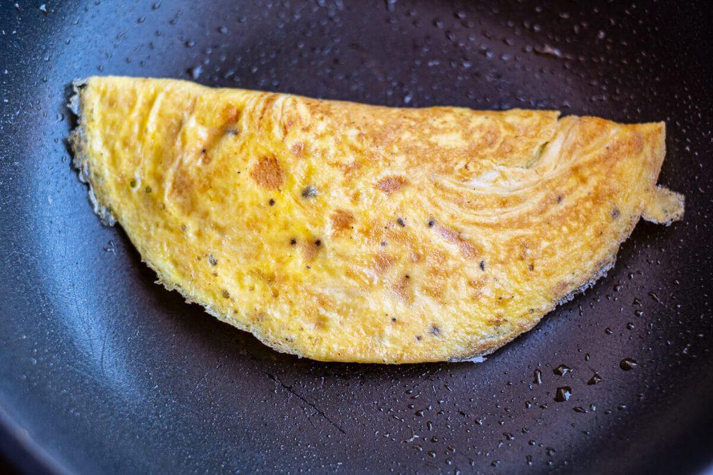 Gefülltes Omelette in der Pfanne