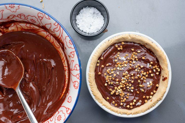 Buchweizenkörner auf Schokoladentarte gestreut