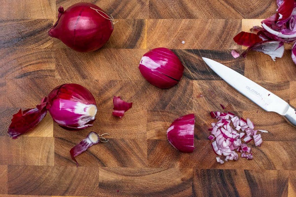 Zwiebel würfeln