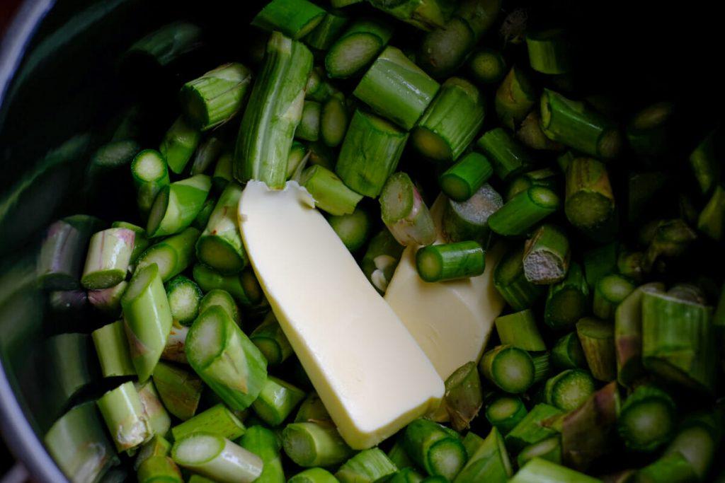 Grüne Spargelstücke Butter