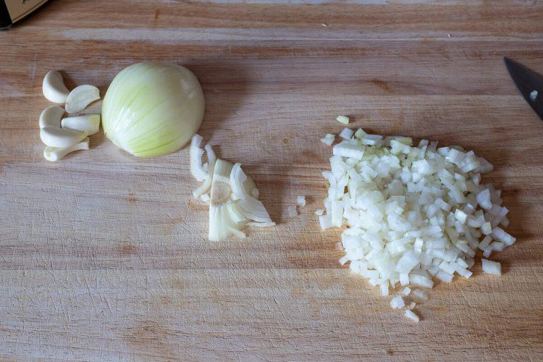 Knoblauch und Zwiebeln würfeln