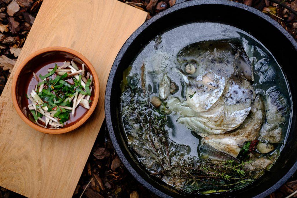 fischsuppe anrichten