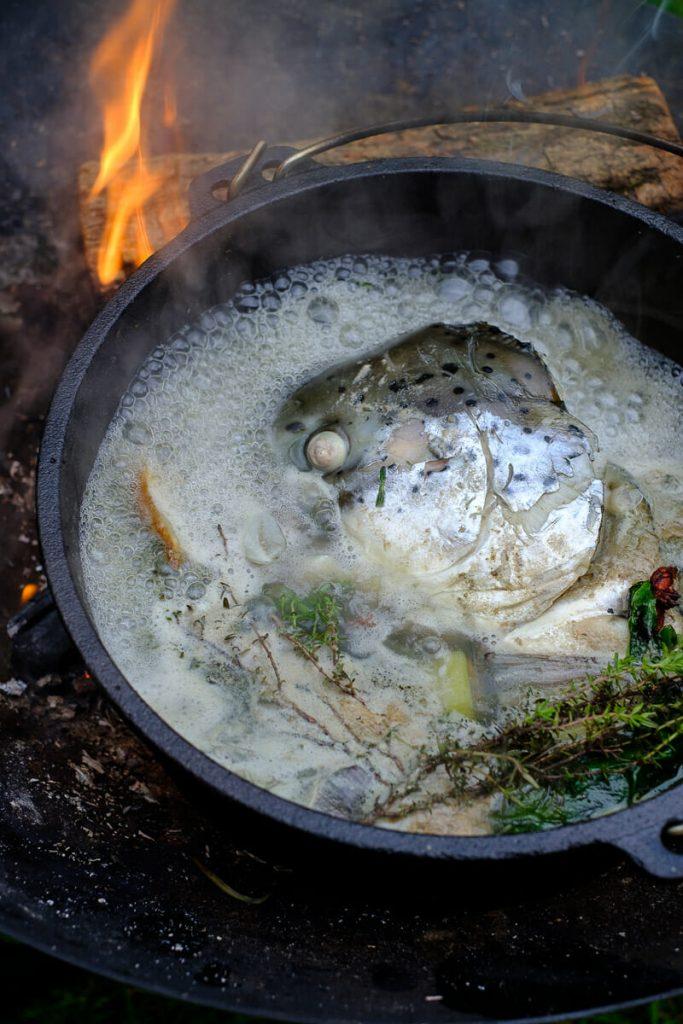kochende fischsuppe