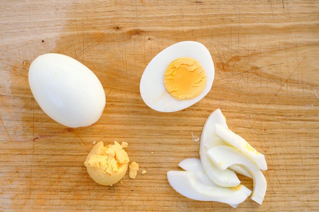 Gekochte Eier schneiden