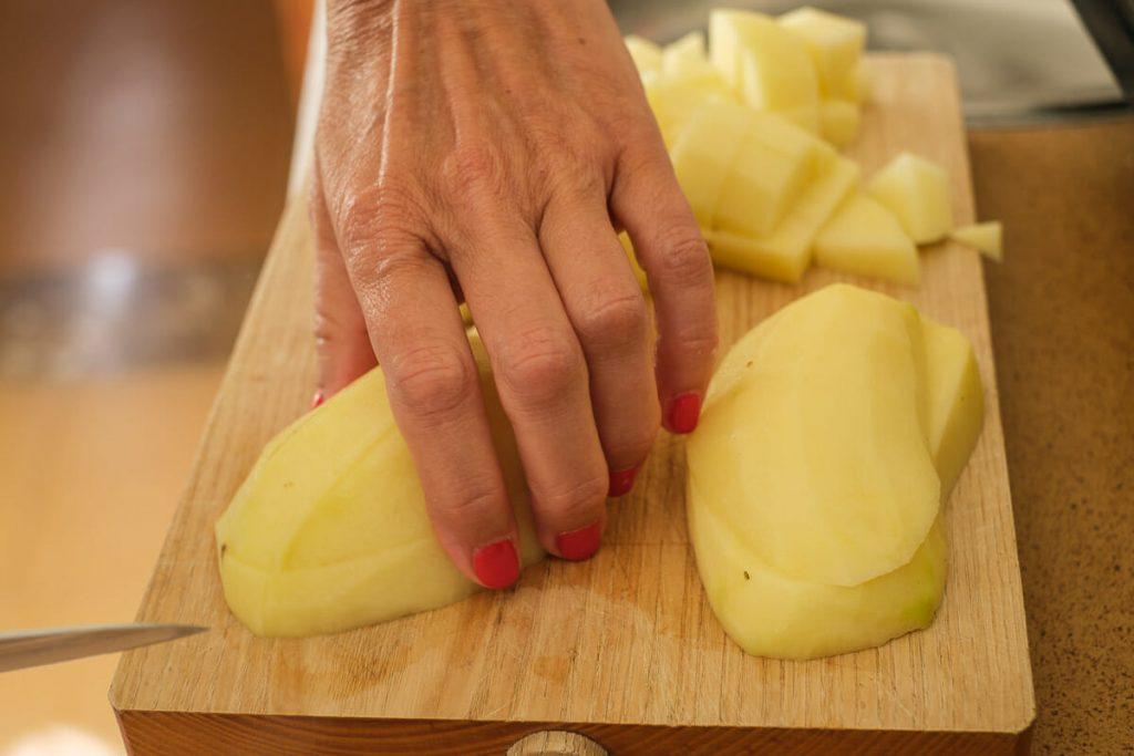 Geschälte Kartoffeln schneiden