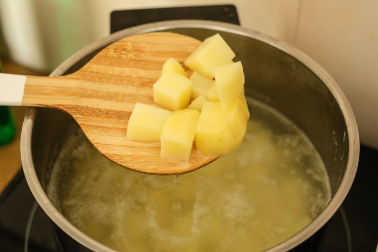 Kartoffelwürfel kochen