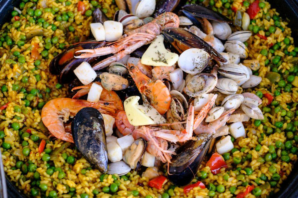 Meeresfrüchte auf Paellareis