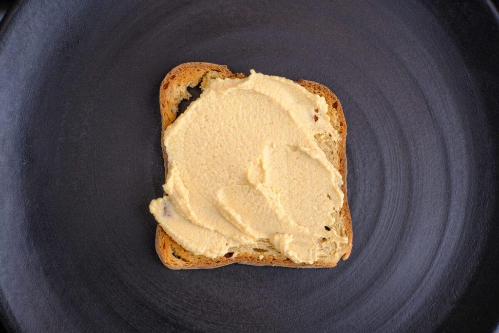 Hummus auf Toast