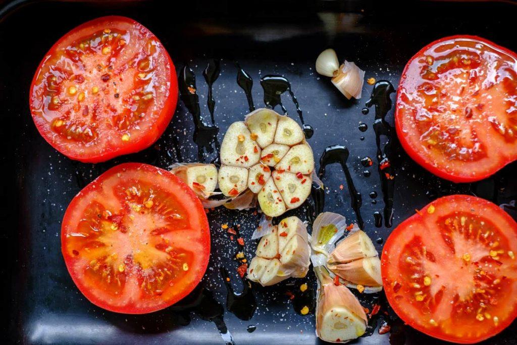 knoblauch und tomaten bräter